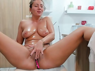 Sexy Juicy Milf With Big Tits And Big Ass Shows On Webcam