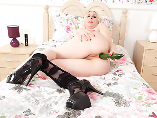 UK milf Tracey shows you why vegetables are so good for you
